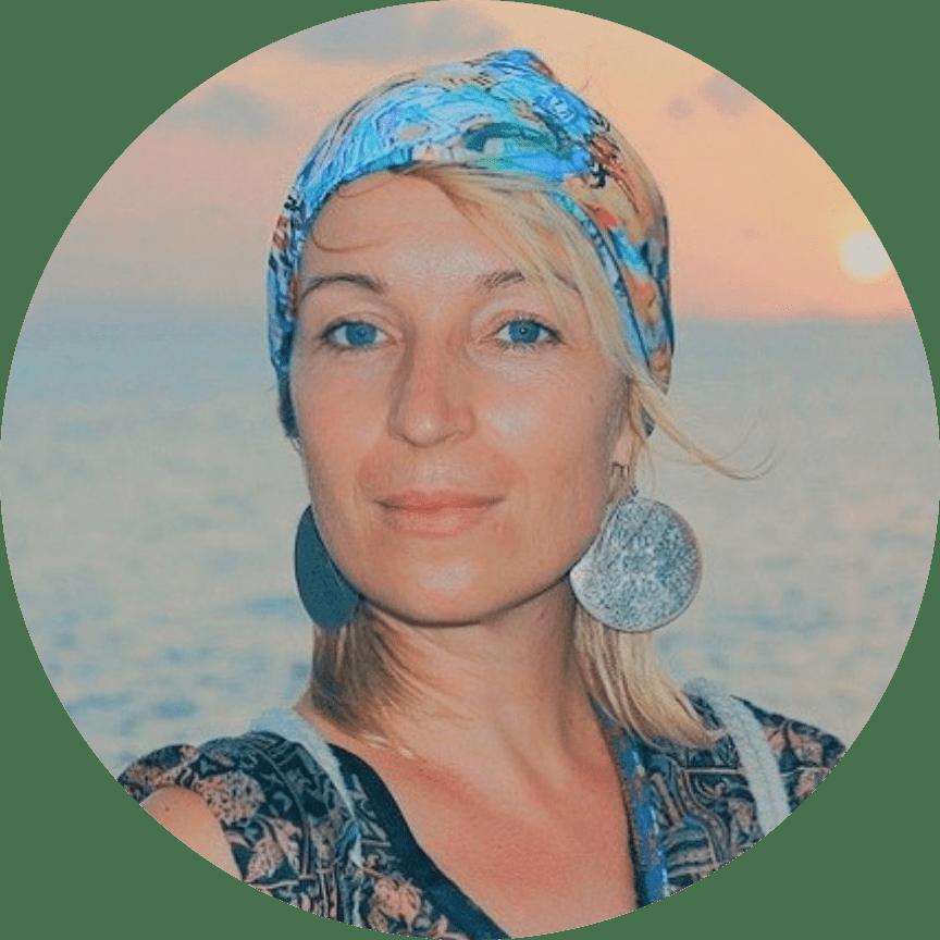 Matkabloggaaja Laura Santanen rannalla.